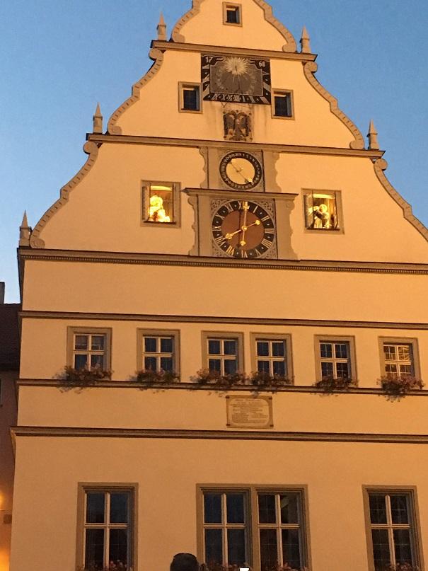 市参事宴会場の仕掛け時計