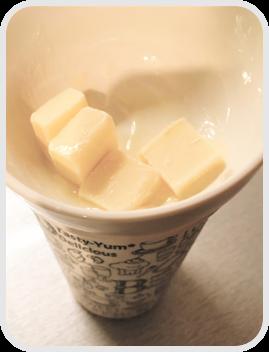 チョコレートを耐熱カップを使って湯せん